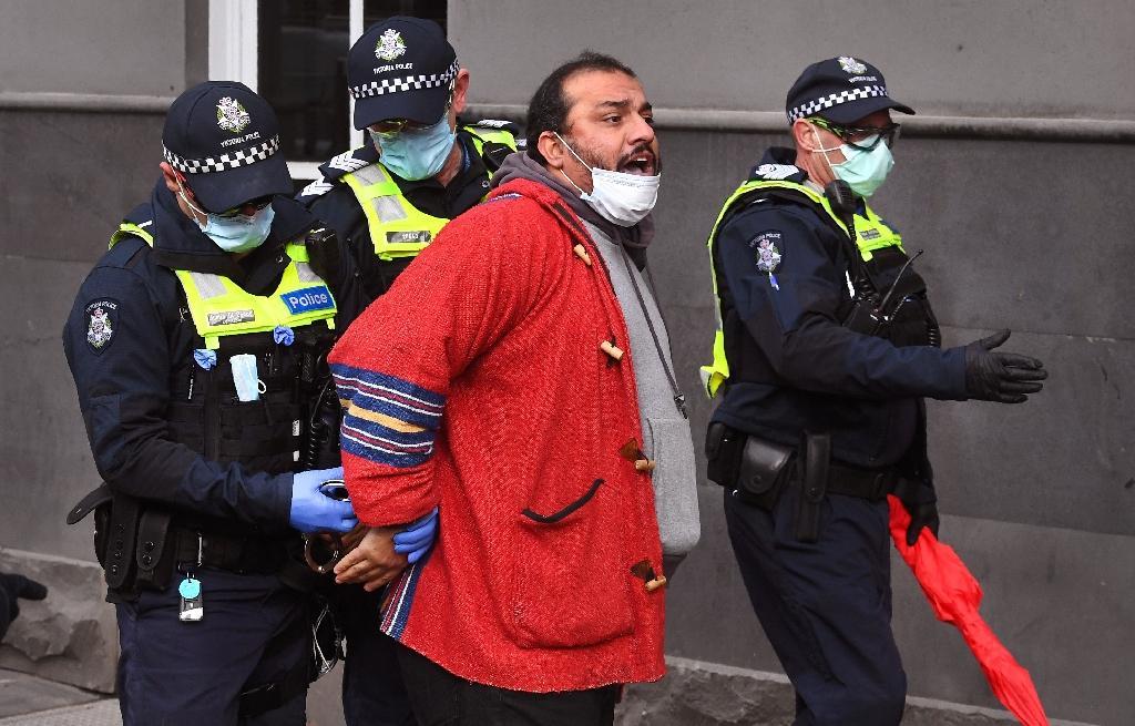 Arrestation d'un participant à une manifestation anti-confinement avortée à Melbourne, en Australie, le 9 août 2020