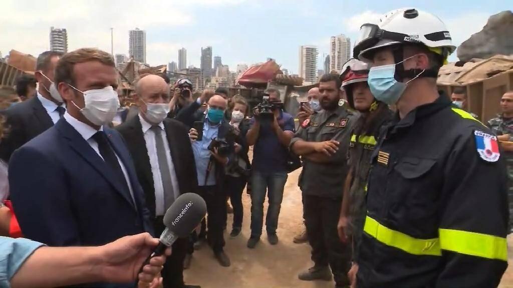 Capture d'écran d'un vidéo de Emmanuel Macron (g) s'adressant à une équipe de secours français au port de Beyrouth, le 6 août 2020 deux jours après l'explosion
