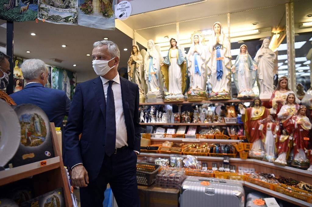 Le ministre de l'Economie Bruno Le Maire visite un magasin de souvenirs lors d'un déplacement à Lourdes, le 10 août 2020