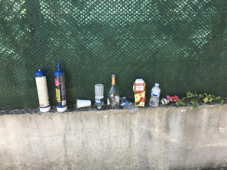 Ce lundi matin, des déchets de la fête étaient encore présents.