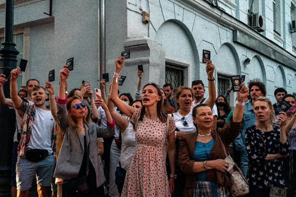 Manifestation de Bélarusses devant leur ambassade à Moscou pour dénoncer les résultats de l'élection présidentielle le 9 août 2020