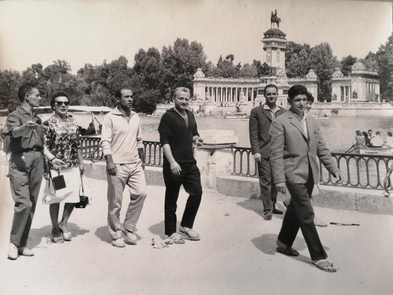 L'encadrement de l'ES Fréjus, MM. Colombéro, Balestracci, Goudet, Russier et D'Aquino - et deux de leurs épouses -àla découverte du parc du Retiro à Madrid, en balade avant le match, lors de la journée du 3 septembre 1960.