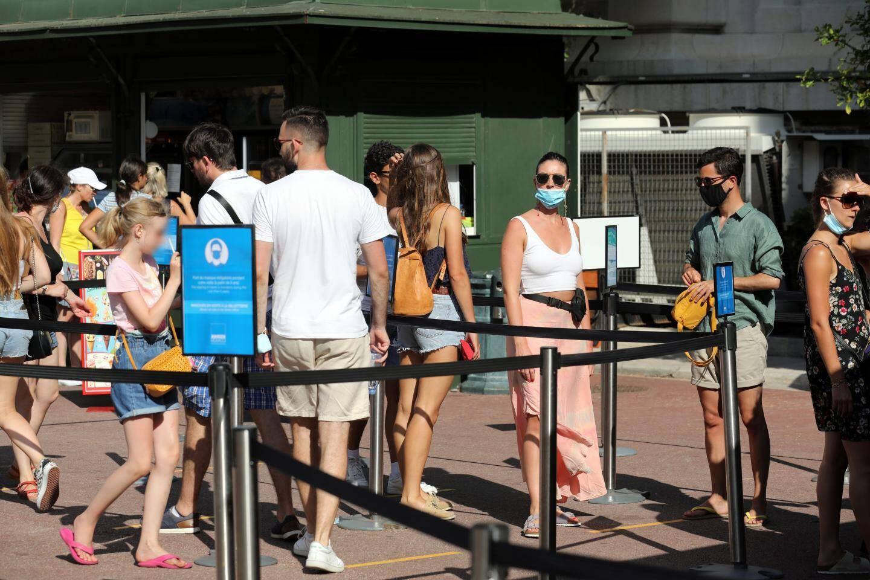 Depuis ce lundi, le port du masque est obligatoire dans les files d'attente, comme ici à la billetterie du Musée océanographique.