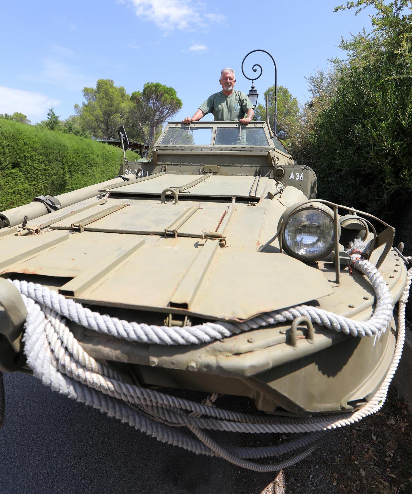Le pilote Lucien a hâte d'exhiber ce nouveau véhicule pour faire plaisir à tous les amateurs d'engins militaires d'époque.