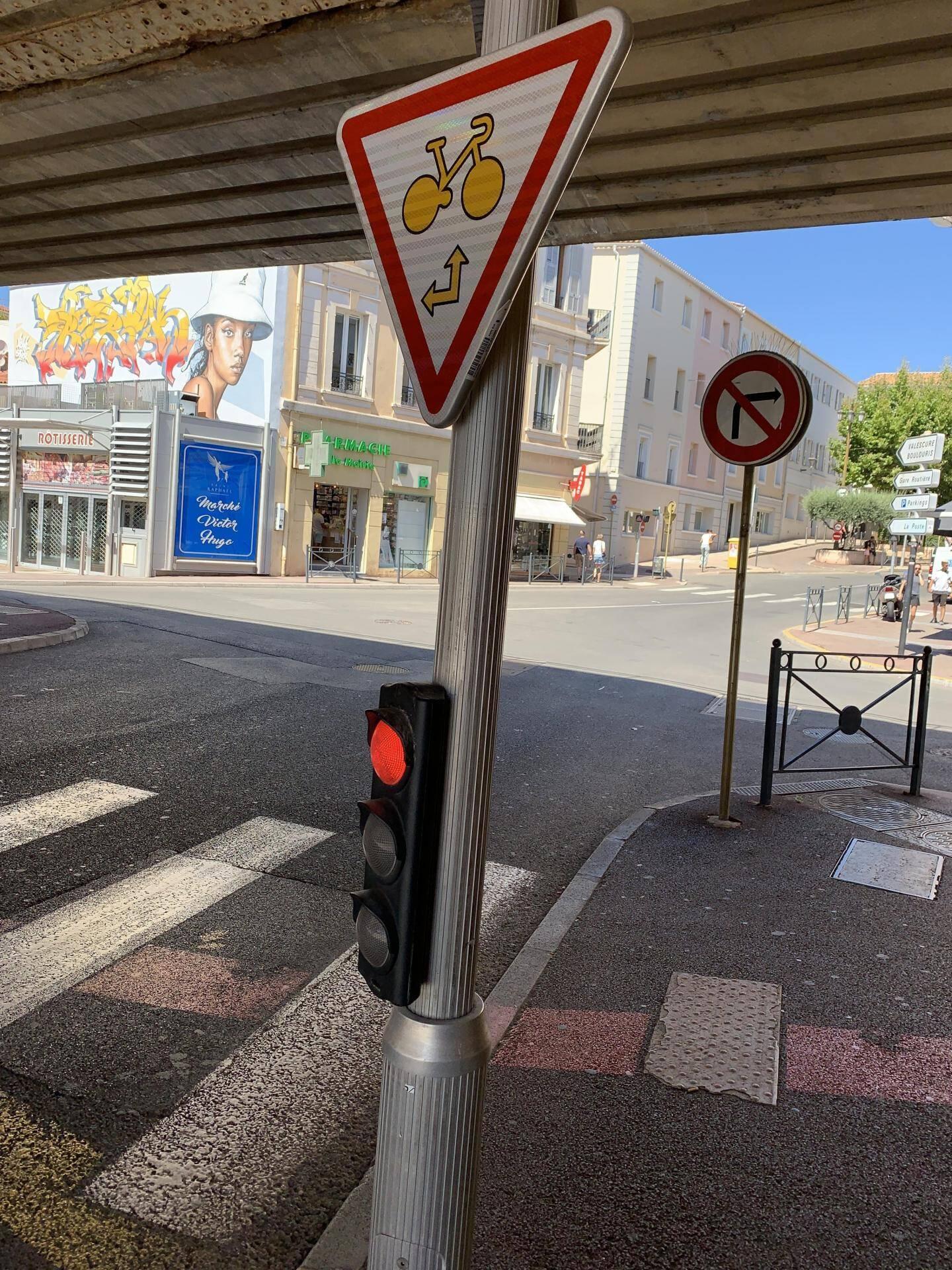 Le ''cédez-le-passage cycliste au feu'' consiste à permettre aux usagers de bicyclette de ''griller'' un feu rouge afin de suivre les directions fléchées sur la signalisation.