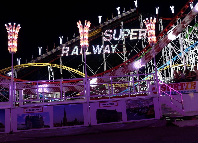 Le Super Railway, l'un des rares si ce n'est le dernier Grand 8 monorail d'Europe procure des sensations décuplées.