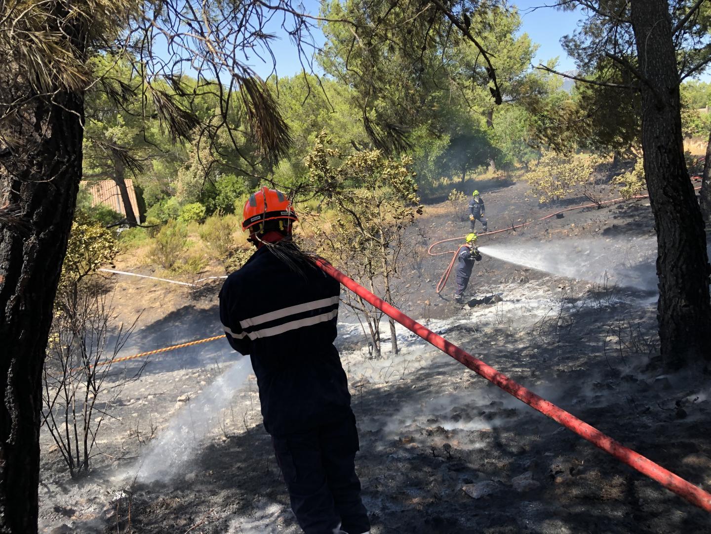 Le feu a été maîtrisé par les pompiers.