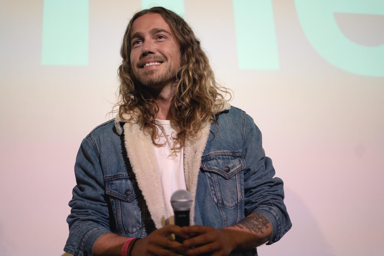 Julien Doré devant ses fans au cinéma Olympia à Cannes.