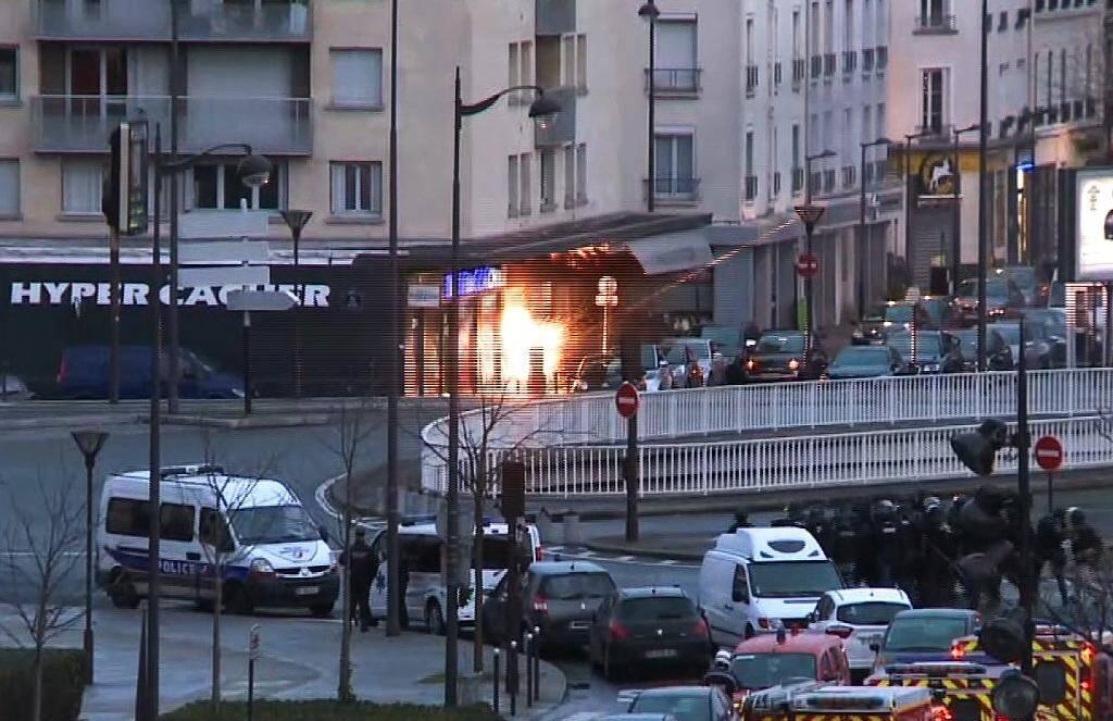 Image tirée d'une vidéo de l'AFPTV montrant l'assaut des forces spéciales de police contre le supermarché Hyper Cacher, le 9 janvier 2015 Portes de Vincennes, près de Paris