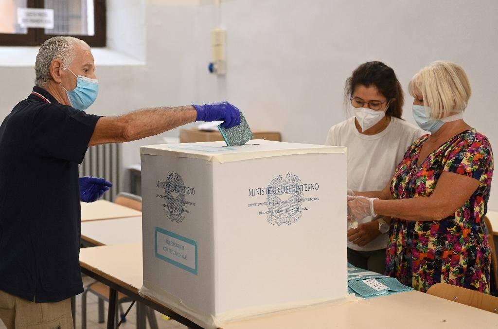 Un homme vote dans le centre de Rome, le 20 septembre 2020
