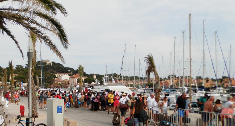 Une foule sur l'île le 13 juillet, quelques heures avant la pénurie d'eau qui a touché toute l'île de Porquerolles.