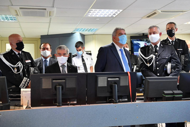 Le ministre d'Etat a découvert le mur d'images du centre de supervision.