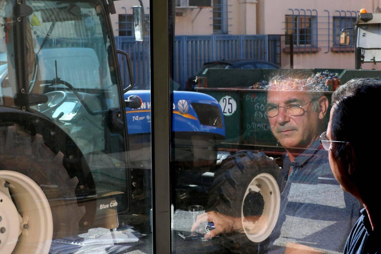 Renaud Pascal-Moussellard, directeur de la cave coopérative garde un œil sur le ballet des livraisons.