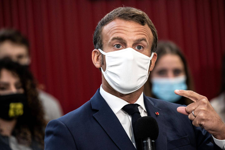 C'est avec ce masque que le président Emmanuel Macron s'est étouffé.
