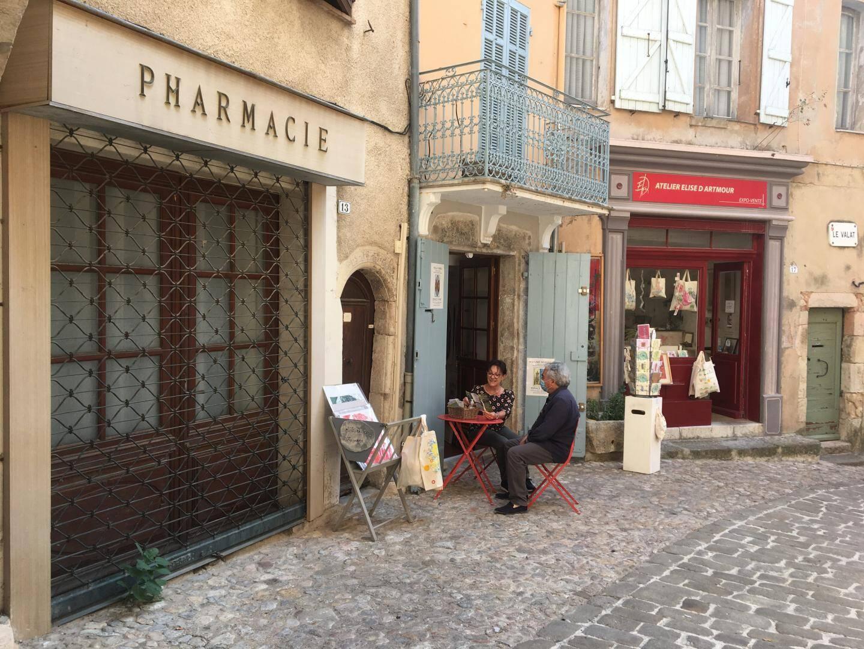 Sur une trentaine de commerces, la majorité est tenue par des artistes et artisans.