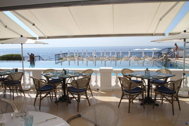 Le restaurant et la piscine avec vue sur la mer.