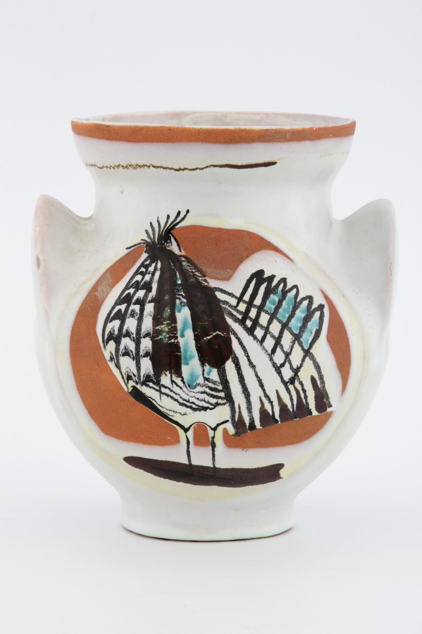 Le vase en céramique créé par Pablo Picasso, en 1953, (en haut à gauche), est estimé à 20 000 €. En bas à gauche, un vase de Roger Capron vendu 1 000 e. Un grand oiseau sorti de l'atelier Madoura de Vallauris : valeur 15 000 e. Ci-dessus : encore une œuvre de Picasso mise à la vente à partir de 3 000 e.(DR)