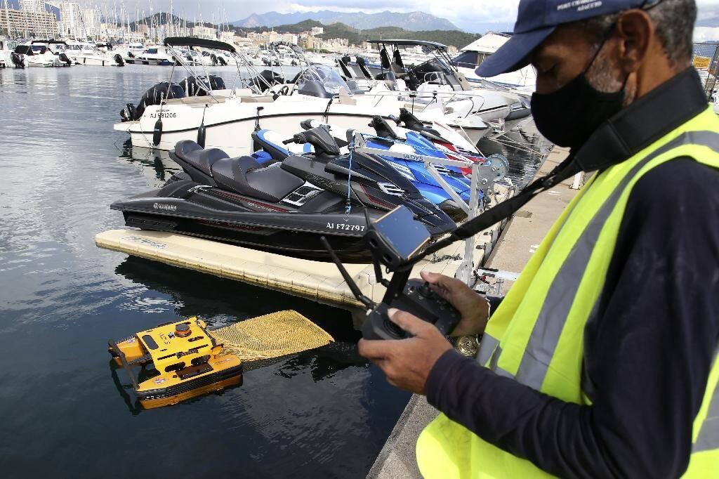 """Le robot de nettoyage """"jellyfishbot"""", pour lutter contre la pollution entre les bateaux amarrés dans le port d'Ajaccio le 22 septembre 2020"""