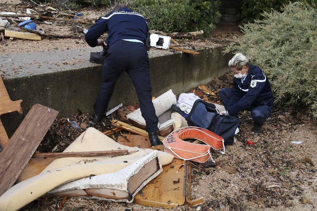 Des gendarmes inspectent les débris d'un voilier qui a fait naufrage dans la baie d'Ajaccio, le 26 septembre 2020 près de Porticcio, en Corse