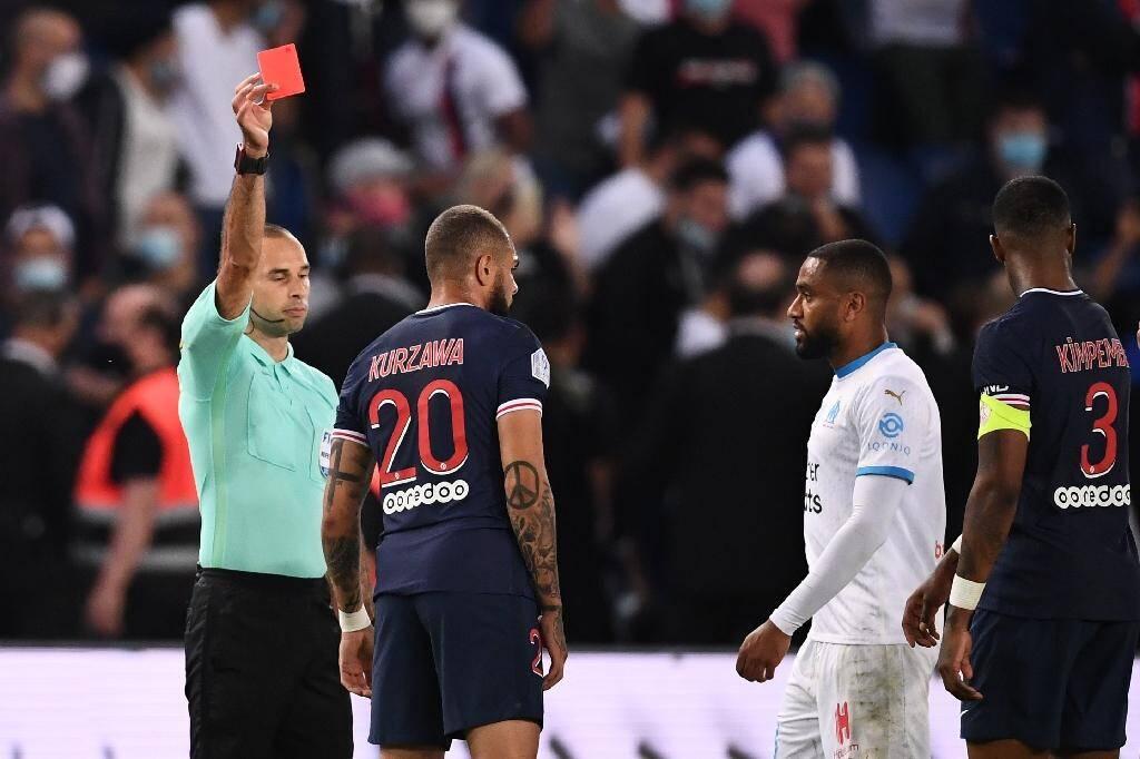 Le défenseur parisien Layvin Kurzawa voit rouge après un accrochage avec le Marseillais Jordan Amavi au Parc de Princes, le 13 septembre 2020