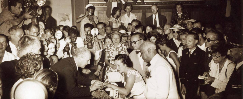 Liesse générale, le mariage fait crépiter les flashs et les sourires en 1951.
