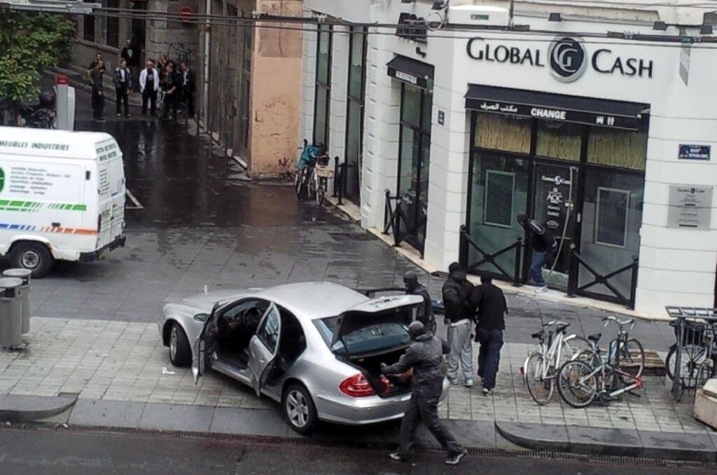 Des personnes cagoulées prennent la fuite après avoir attaqué le bureau de change Global Cash, le 24 septembre 2010 dans le centre de Lyon