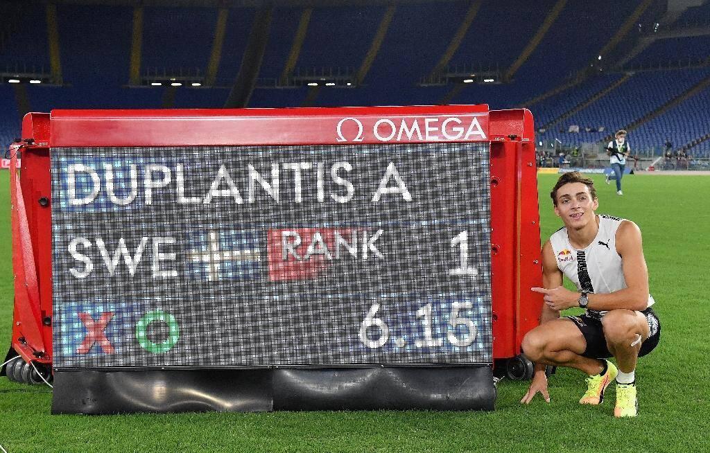 Le prodige suédois Armand Duplantis fier de son nouveau record du saut à la perche en plein air au meeting Ligue de diamant de Rome, le 17 septembre 2020