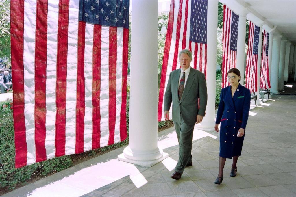 La magistrate Ruth Bader Ginsburg et le président américain Bill Clinton à la Maison Blanche le 14 juin 1993