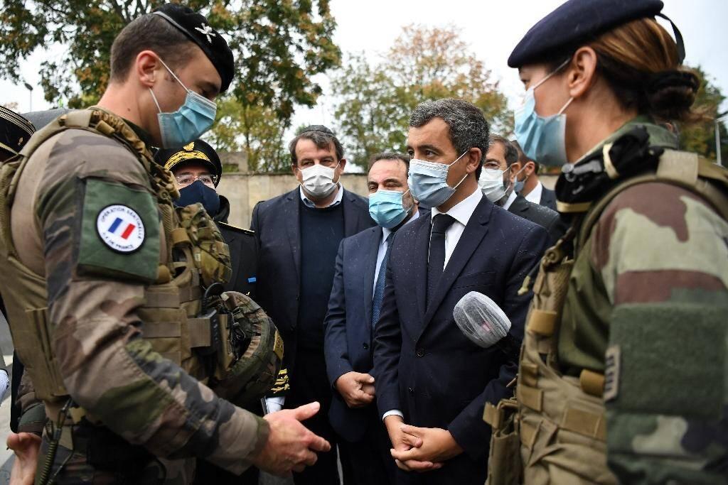 Le ministre de l'Intérieur Gérald Darmanin parle avec des soldats lors de la visite d'une synagogue à Boulogne-Billancourt, le 27 septembre 2020, près de Paris