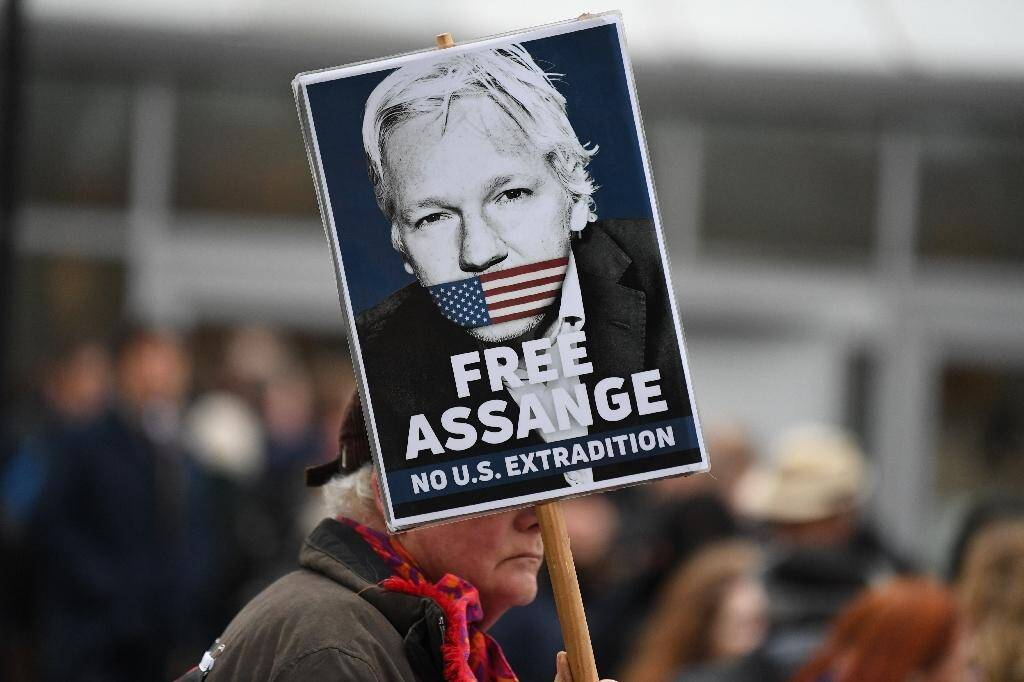 Un partisan du fondateur de WikiLeaks Julian Assange brandit une pancarte à Londres le 24 février 2020
