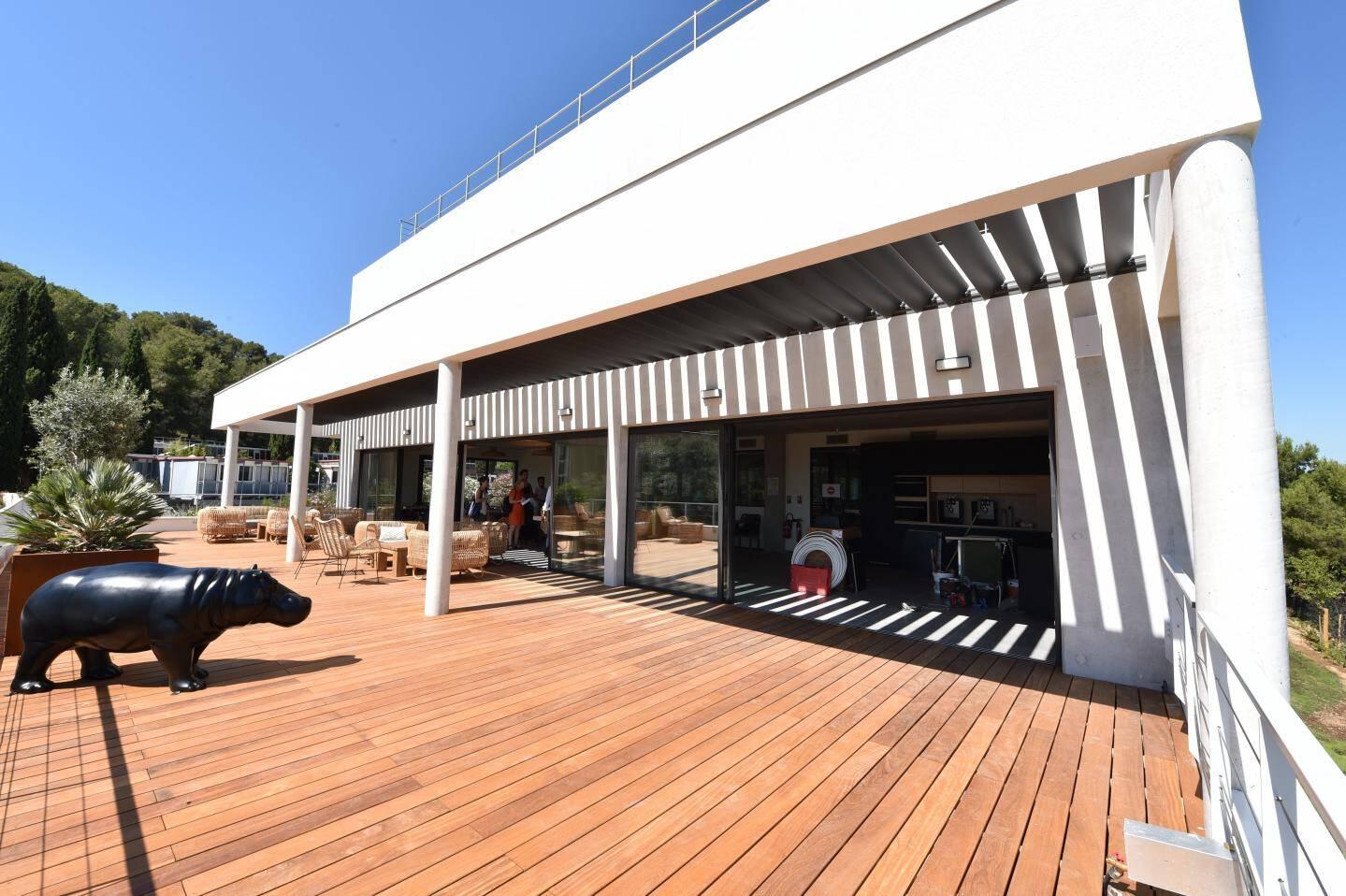 La Boîte Immo a déjà réalisé les sites de plus de 5.200 agences et compte 10.500 clients. A Hyères, son siège social, les collaborateurs profitent désormais de locaux neufs, imaginés comme une spacieuse villa, lumineuse, dans une ambiance paillote. La Pinède, c'est son nom, compte aussi une salle de sport et une salle de restauration avec sa terrasse et vue sur la mer.