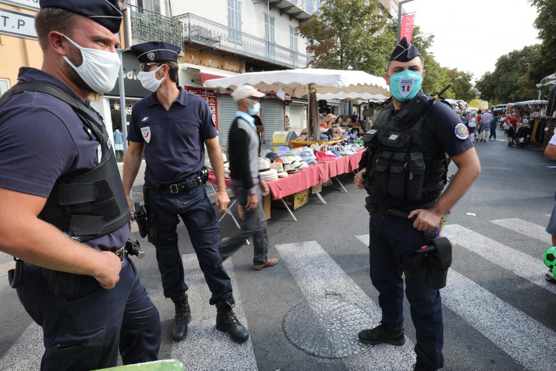 Les policiers patrouillent de manière aléatoire aux alentours des marchés.