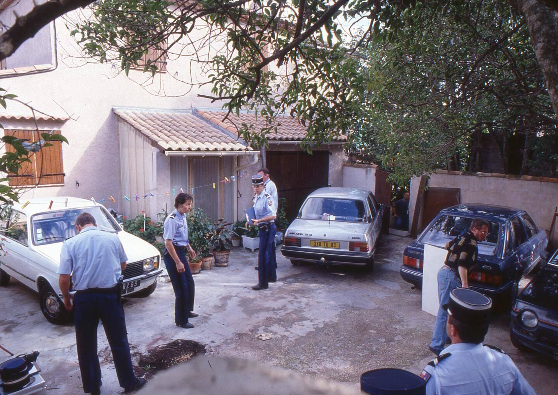 Les gendarmes lors de leurs investigations dans la maison familiale à Solliès-Pont où les cadavres de la mère, du beau-père et du petit frère sont retrouvés le 23 septembre.