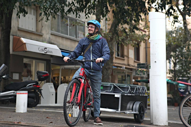 À vélo, Davide Raffini collecte les déchets organiques dans les restaurants toulonnais.