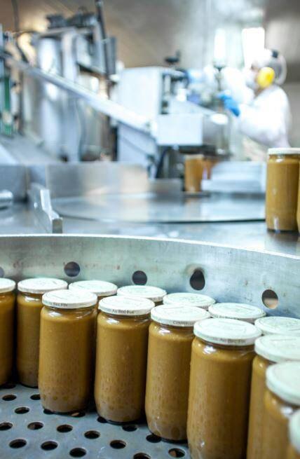 La conserverie produit à Cogolin, dans son laboratoire de 2.000 m2, plus d'un million de bocaux de soupes de poissons par an, plusieurs tonnes de chaque produit et plus de 20 tonnes d'anchoïade. Objectif: sortir 7 à 10 nouveaux produits chaque année et basculer en bio pour moitié d'ici trois ans.