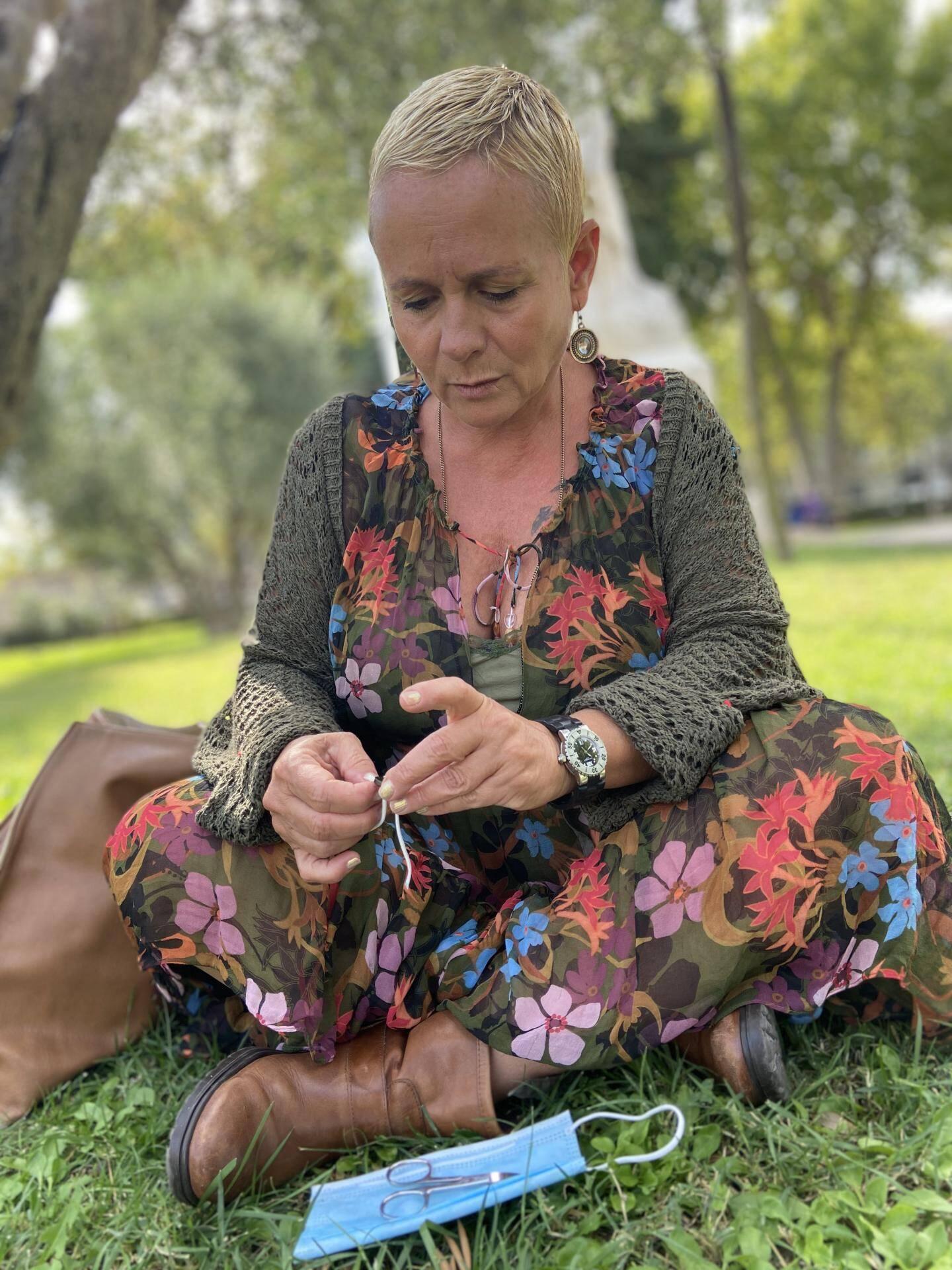 Catherine Argiolas fabrique de jolis bracelets avec les élastiques des masques.
