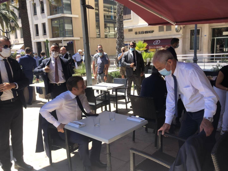 C'était le 4 août dernier sur la terrasse du Café Liberté: Emmanuel Macron et Hubert Falco s'attablaient ici.