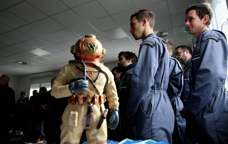 Des élèves formés à l'école des scaphandriers.