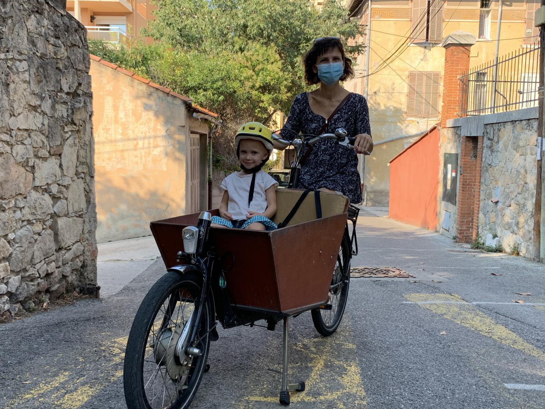 Avec son vélo cargo Diane, peut transporter ses deux plus jeunes enfants.