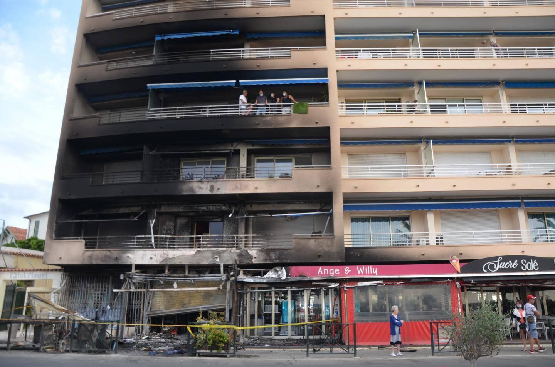 Un autre commerce, ainsi que la façade de l'immeuble et les balcons ont été touchés.