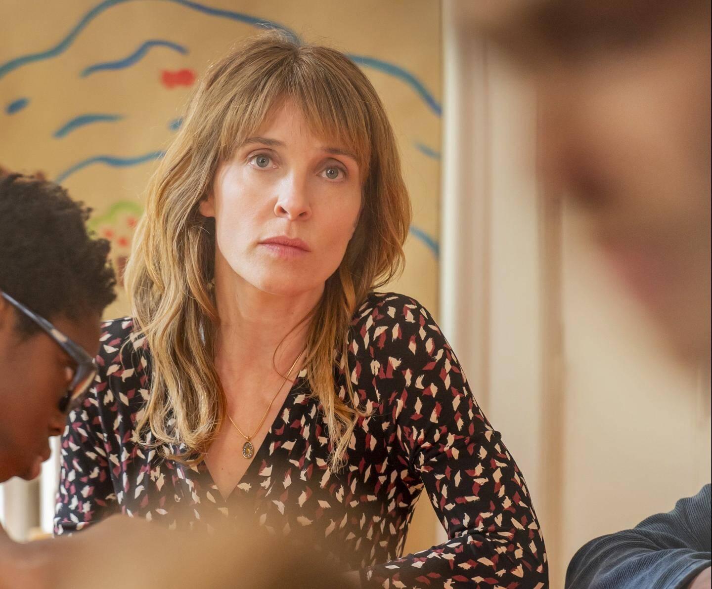 La comédienne Alix Poisson campe une assistante sociale, un personnages fictif rassemblant plusieurs personnes réelles ayant suivi la jeune fille dans son enfance.