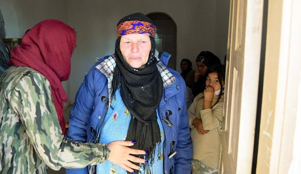 La mère de l'assaillant de Nice entourée de proches chez elle à Sfax (Tunisie), le 30 octobre  2020 au lendemain de l'attentat perpétré par son fils Brahim Issaoui