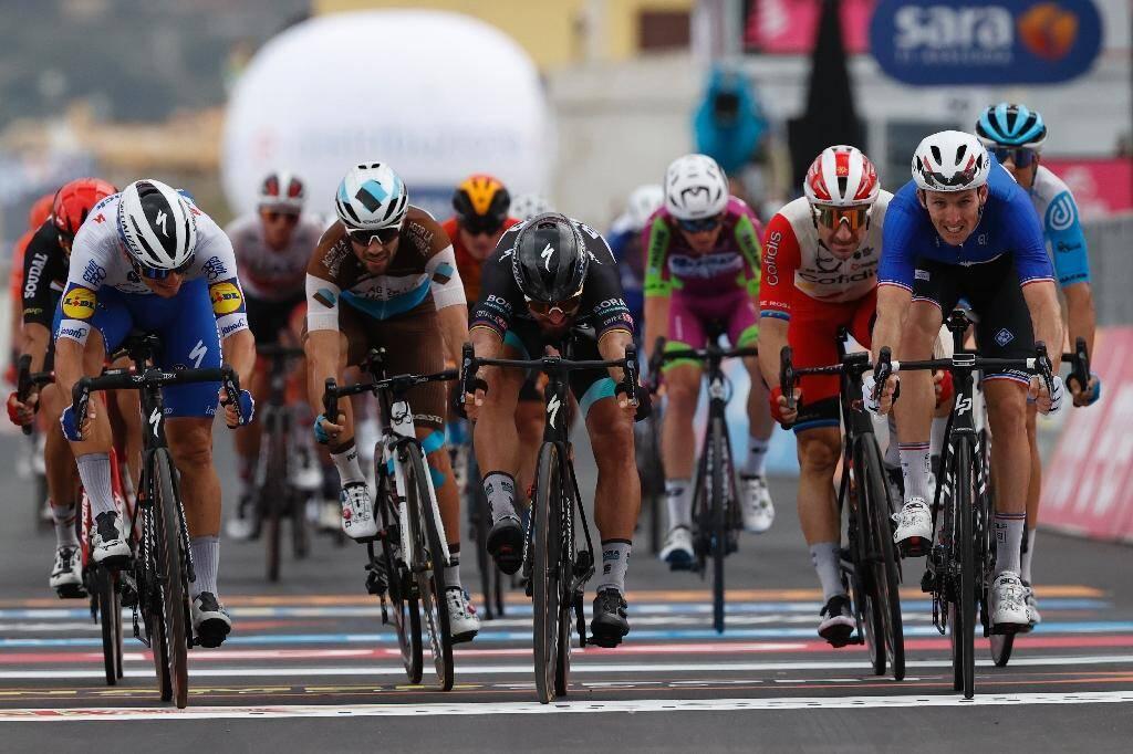 Le Français Arnaud Démare (droite) franchit la ligne in extremis, lors de la 4e étape du Giro, le 6 octobre 2020 à  Villafranca Tirrena