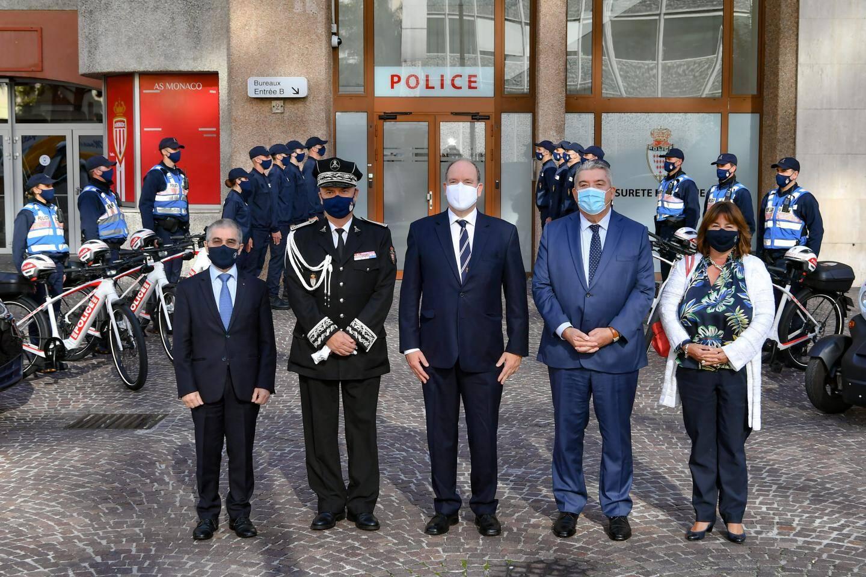 Haie d'honneur devant le stade Louis-II pour la visite des autorités dans les locaux provisoires de la Sûreté publique.