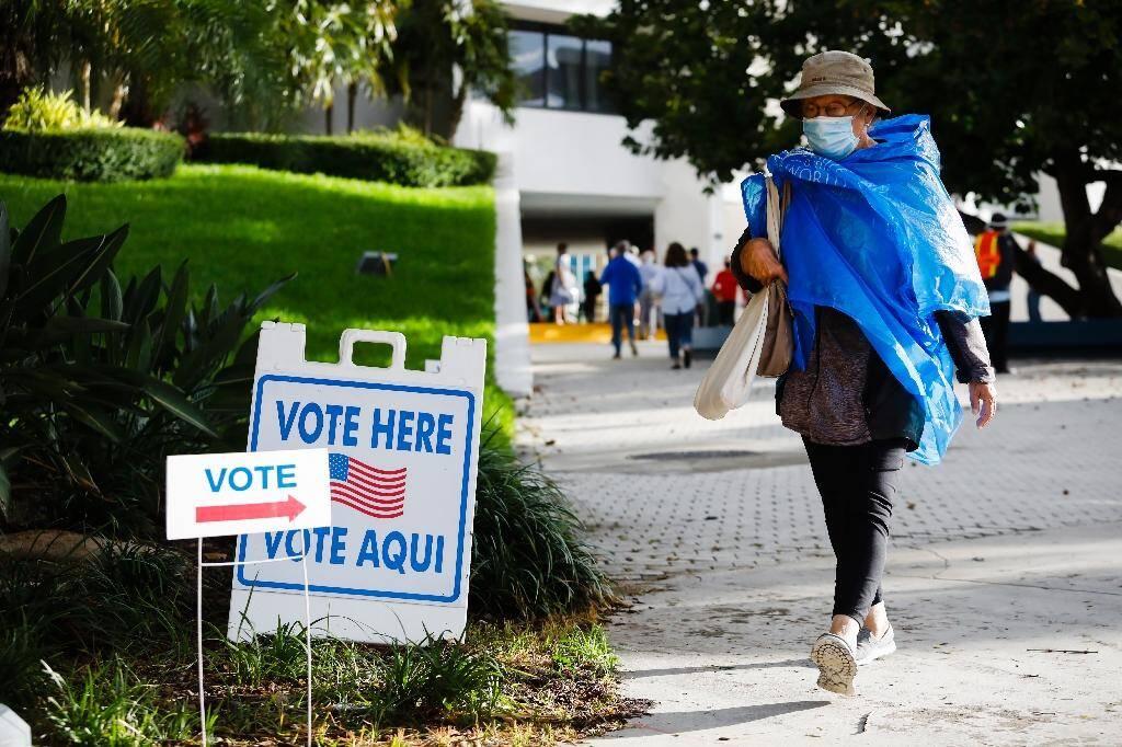 Une femme vient de voter par anticipation, le 19 octobre 2020 à Miami Beach, en Floride
