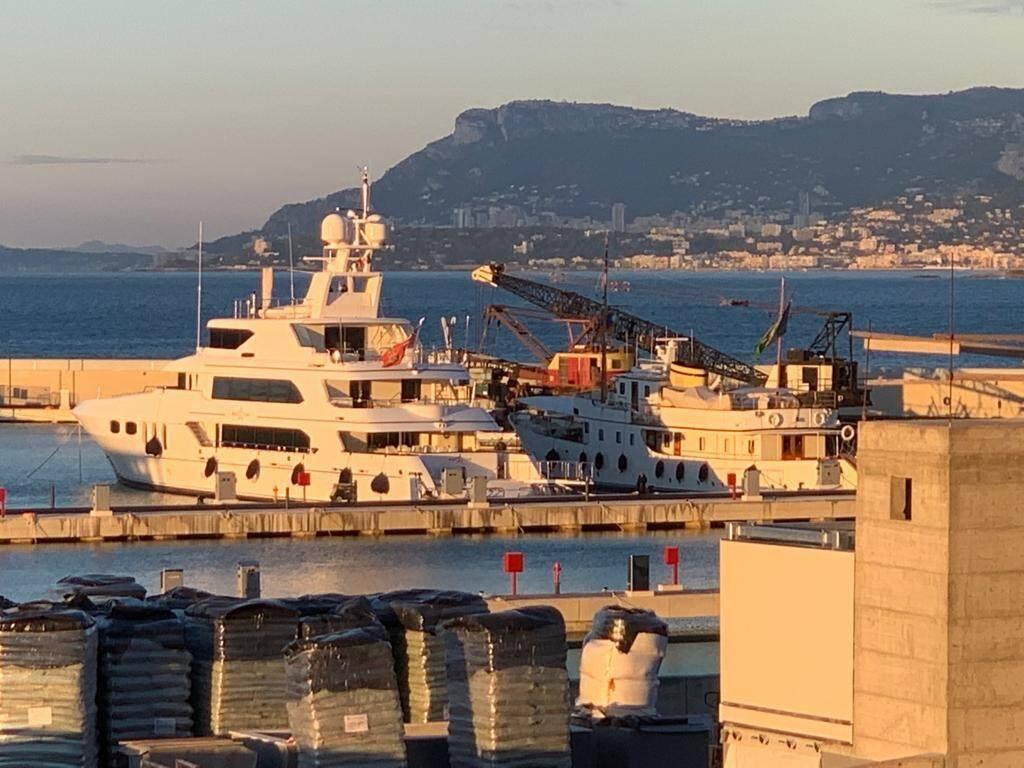 Le White Star amarré au port de Vintimille, avec Menton et Monaco en arrière-plan.