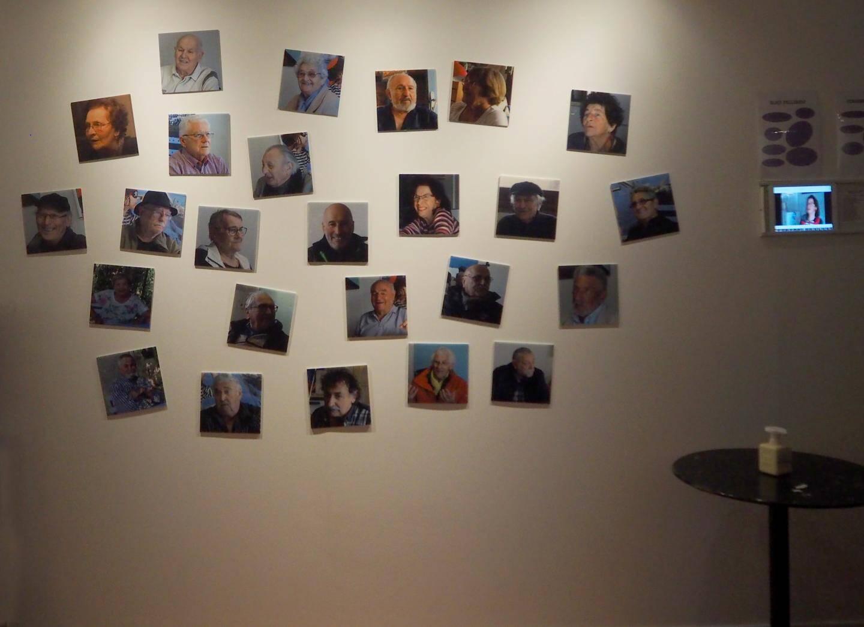 Au mur, les portraits des séniors ainsi que des fiches descriptives et plusieurs tablettes. Apporter vos écouteurs pour une écoute plus confortable.