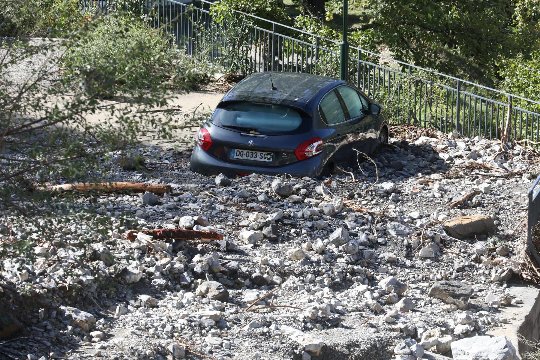 À Roussillon, l'eau en furie a emporté ce parking où quelques habitants avaient eu la mauvaise idée de garer leur véhicule.