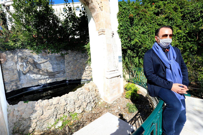 Rémy Kerténian devant la porte de Notre-Dame. Trésor caché de Chalucet.