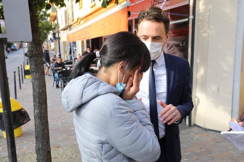 Hier matin, le maire auprès de la sœur de la victime.